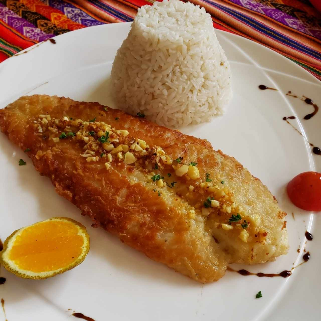 corvina al ajillo con arroz