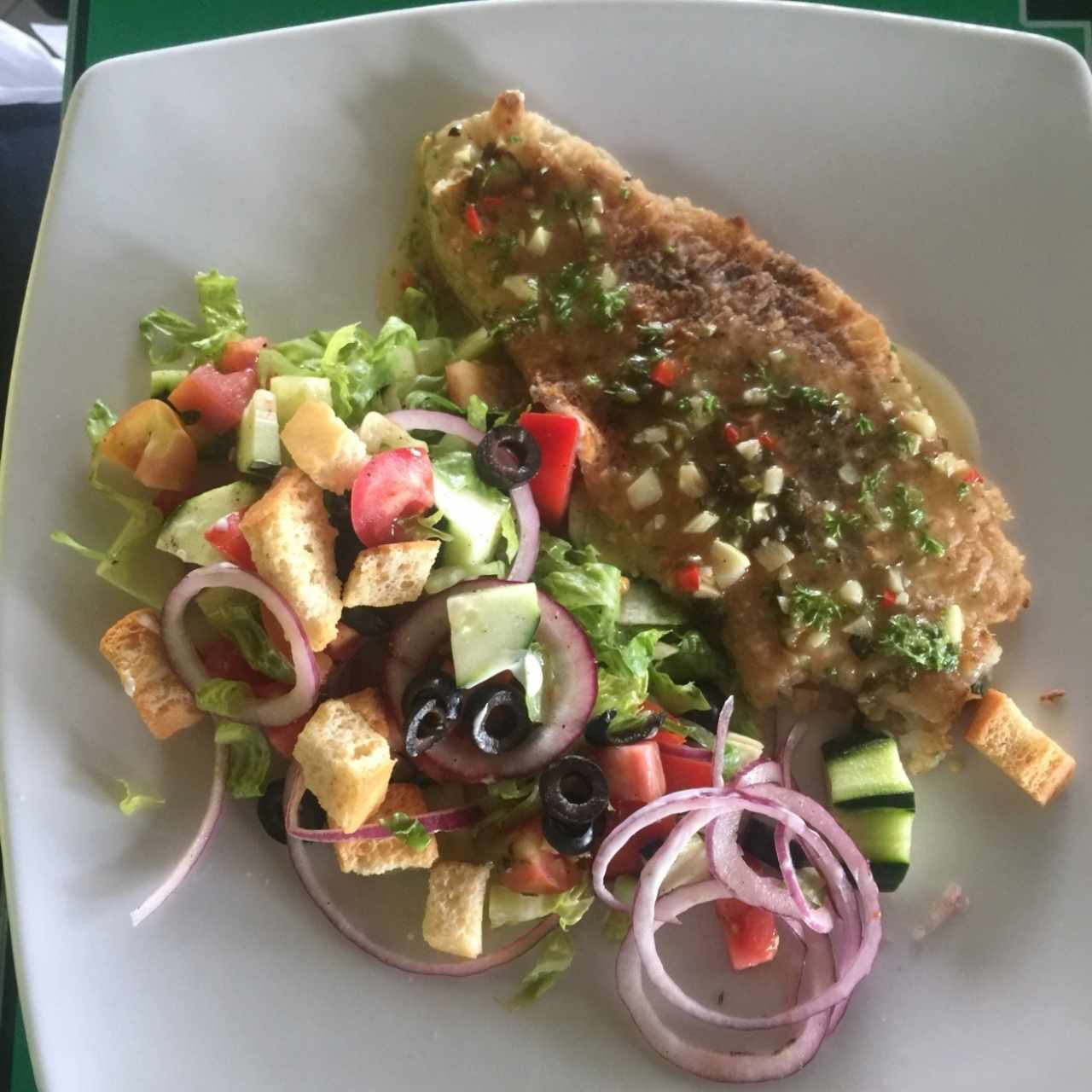 filete de pescado alcajillo con ensalada mixta