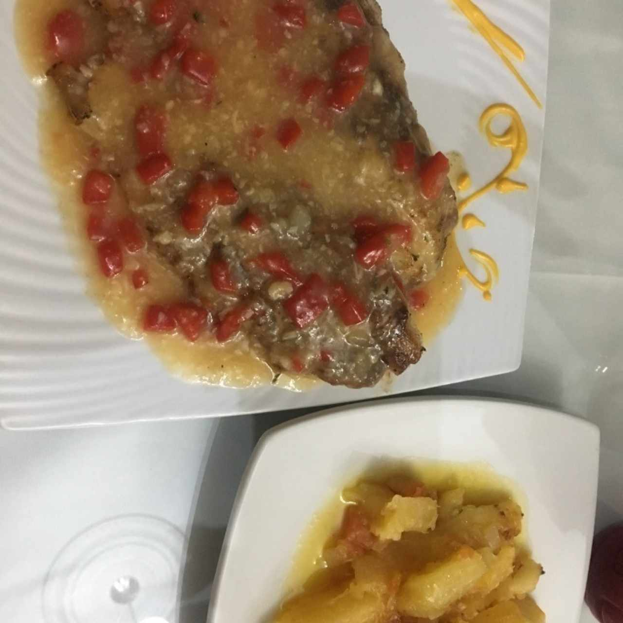 Filete de Corvina al Ajillo con Yuca al Moho