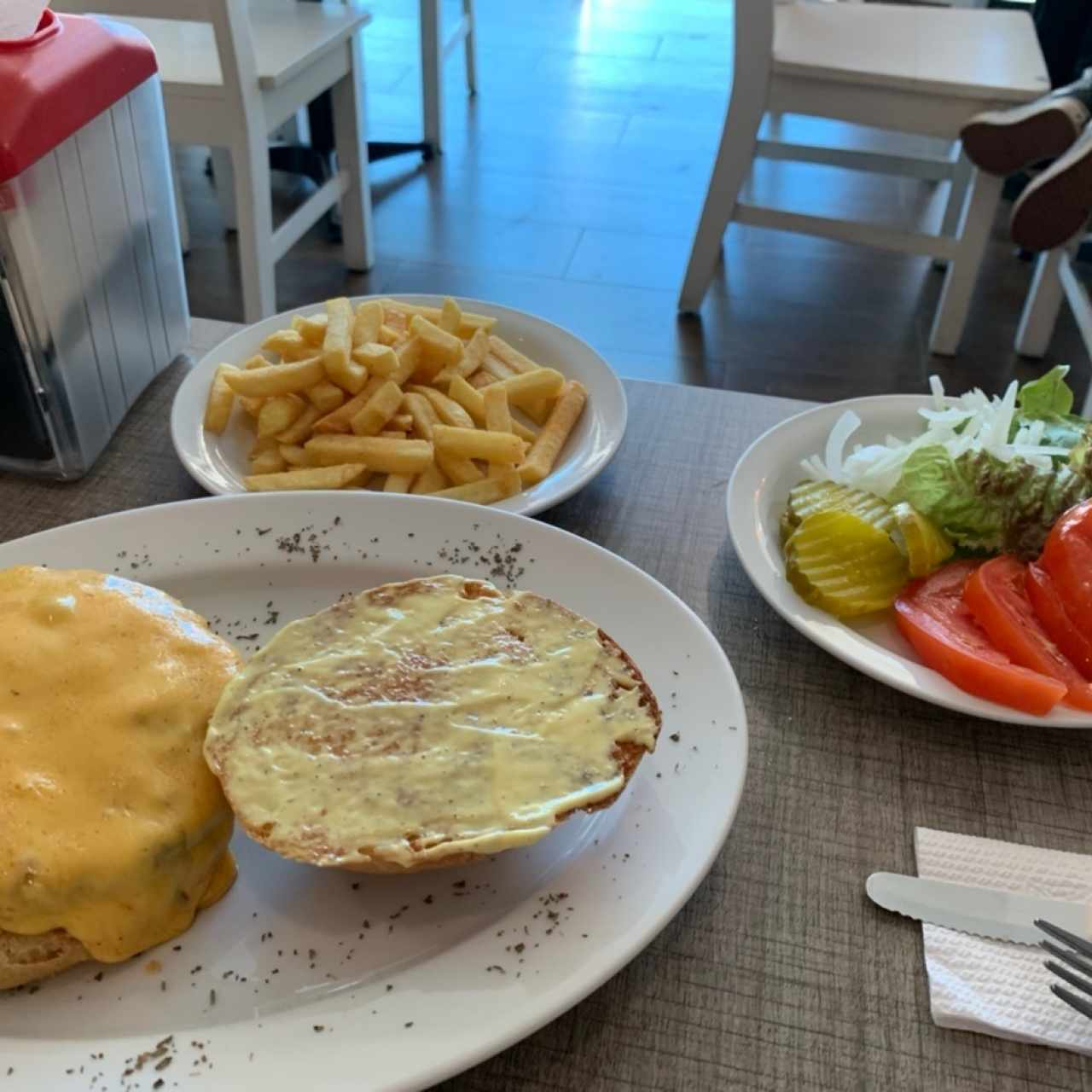 Hamburguesa con queso y papas