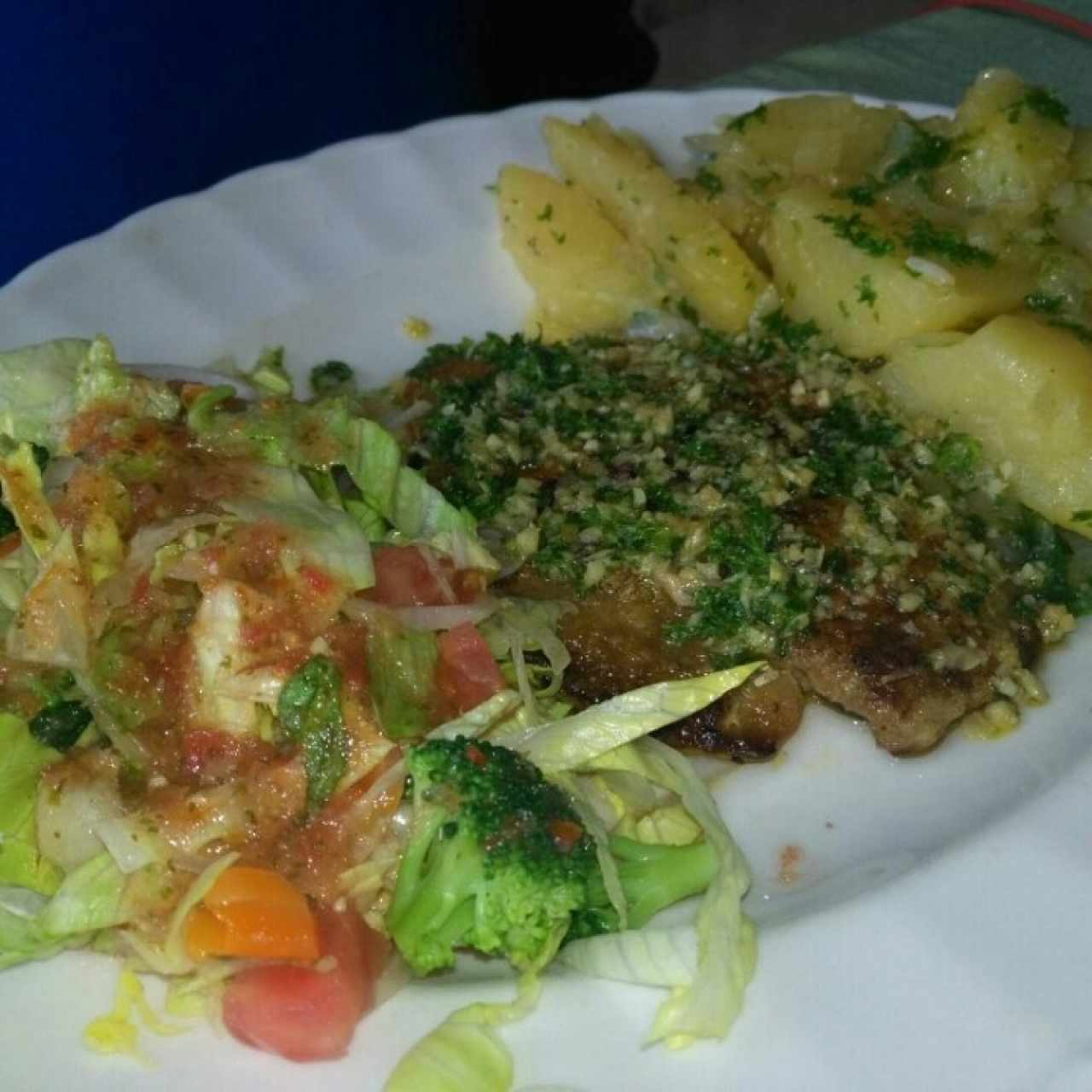 filete pescado con papas y ensalada