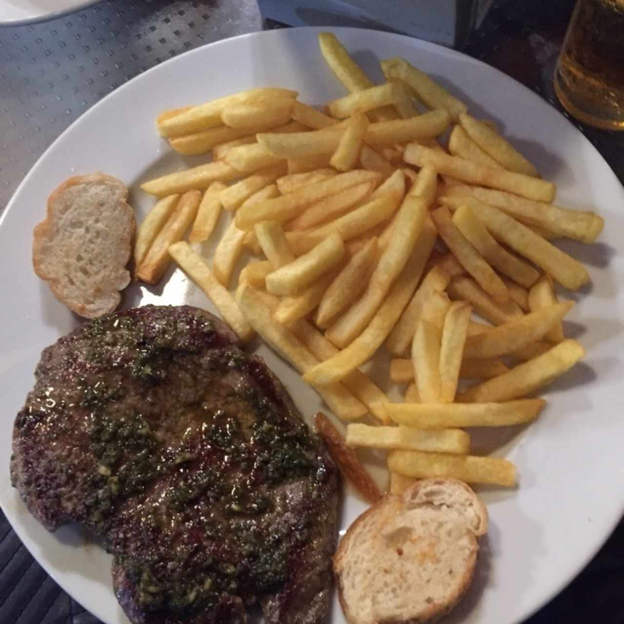churrasco con chimichurri y papas fritas