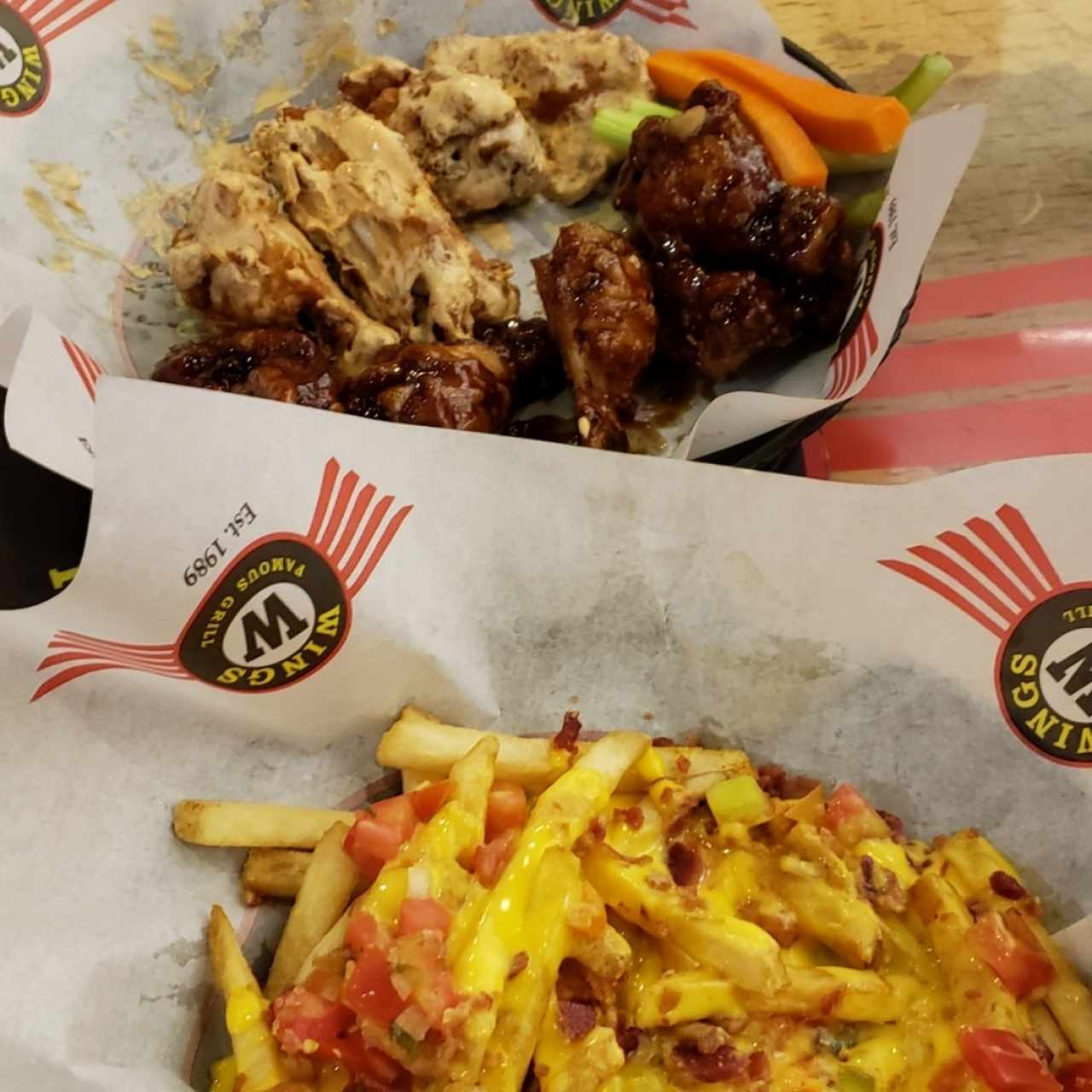 Bacon cheese fries y wings