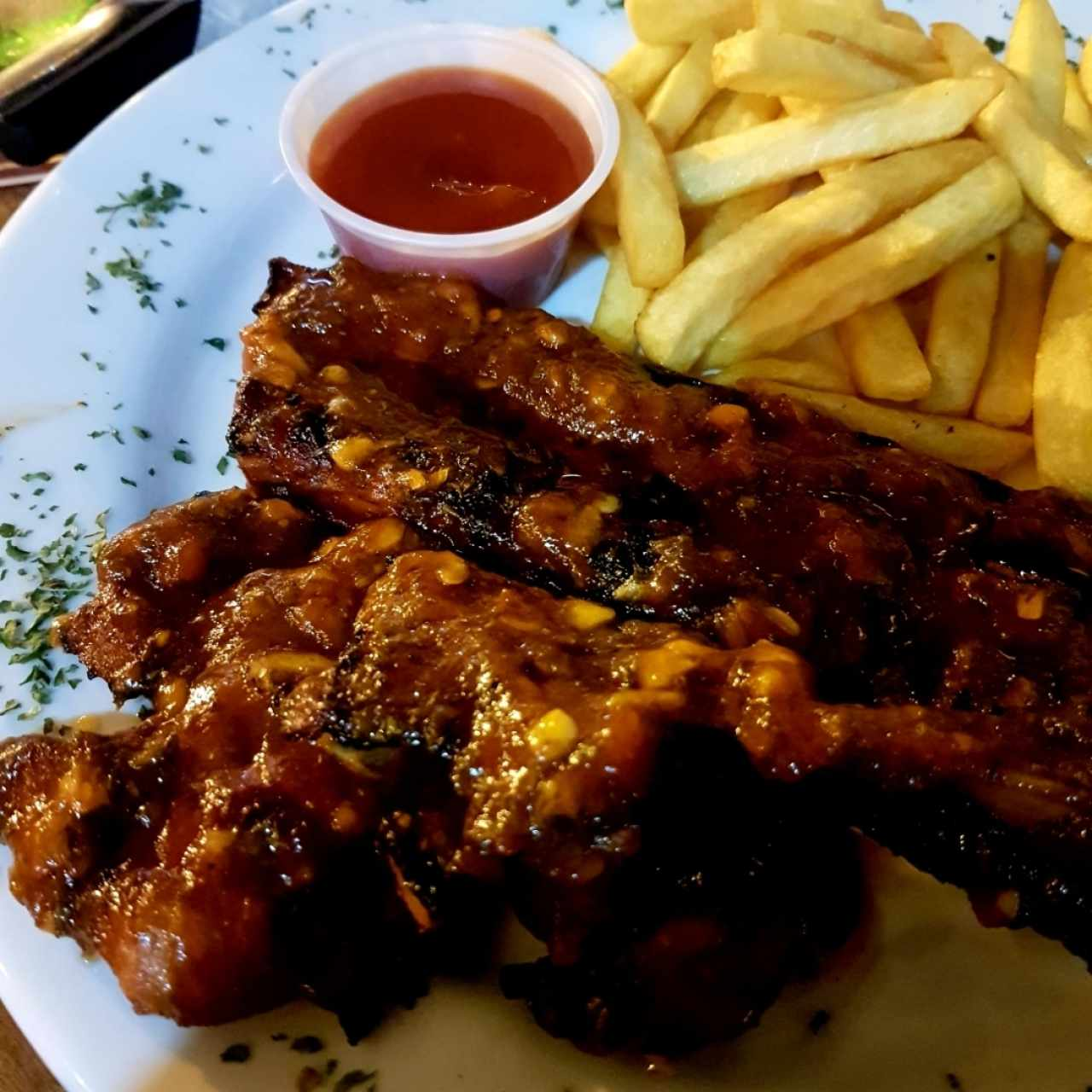 Costillas con papas fritas