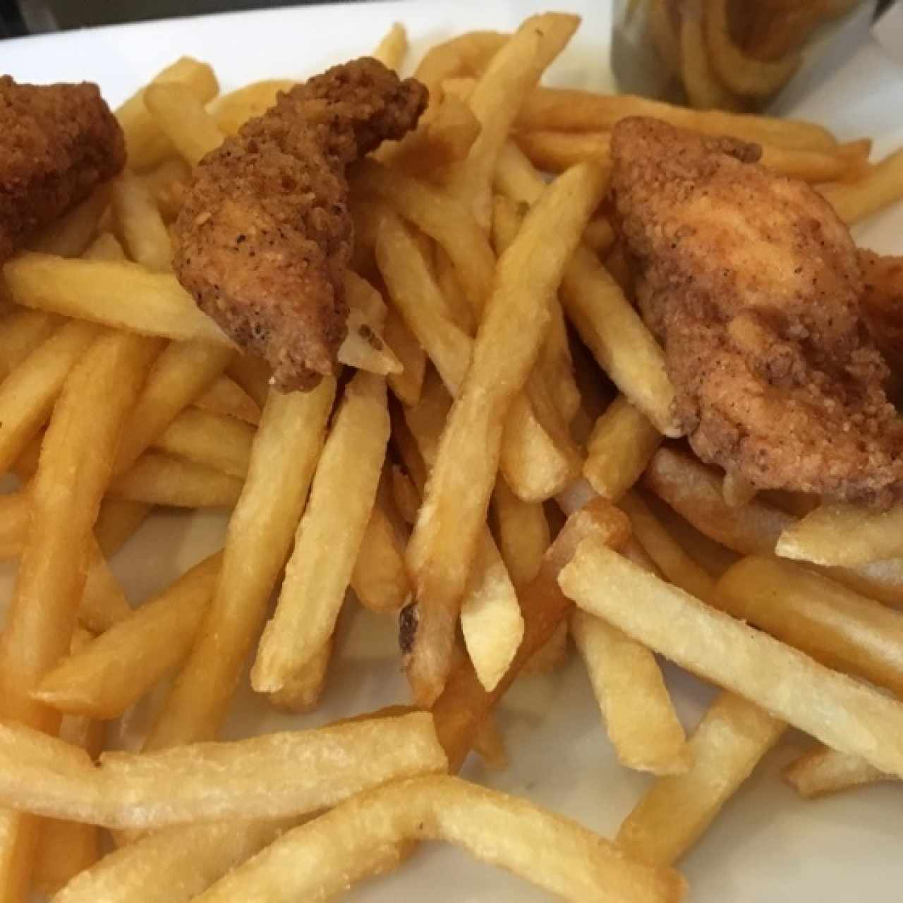 chicken fingers con papas fritas