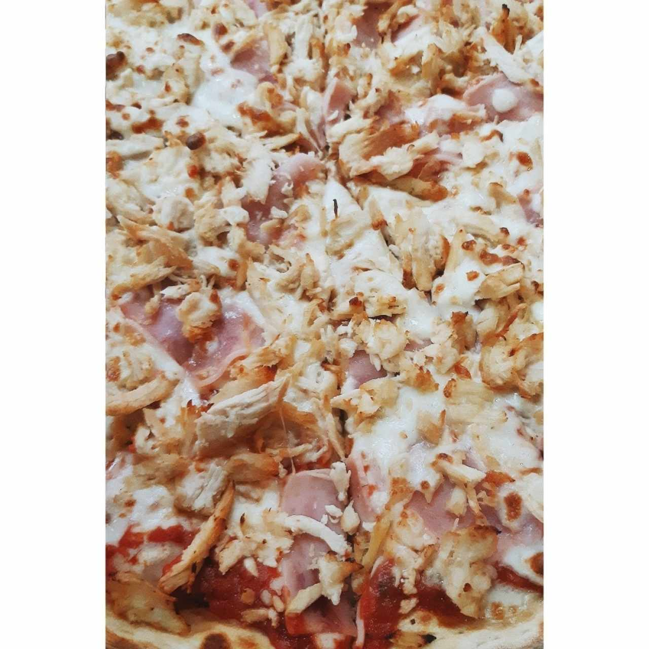 Pizza de jamón con pollo