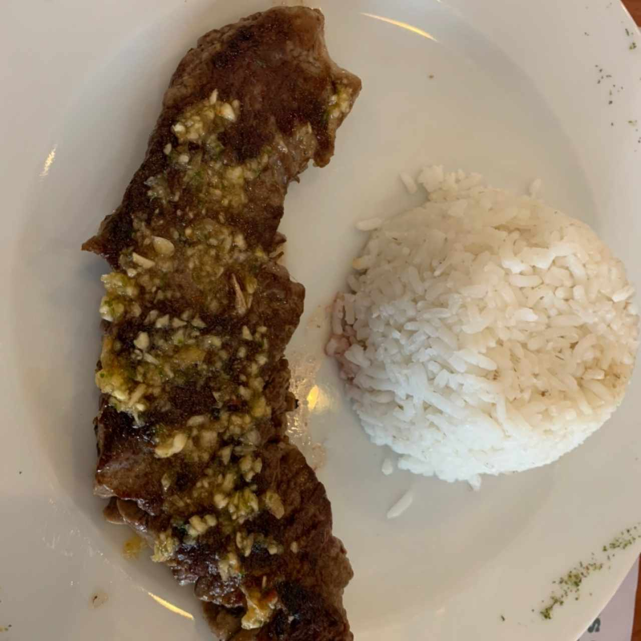 Filete de Res al Ajillo con Arroz