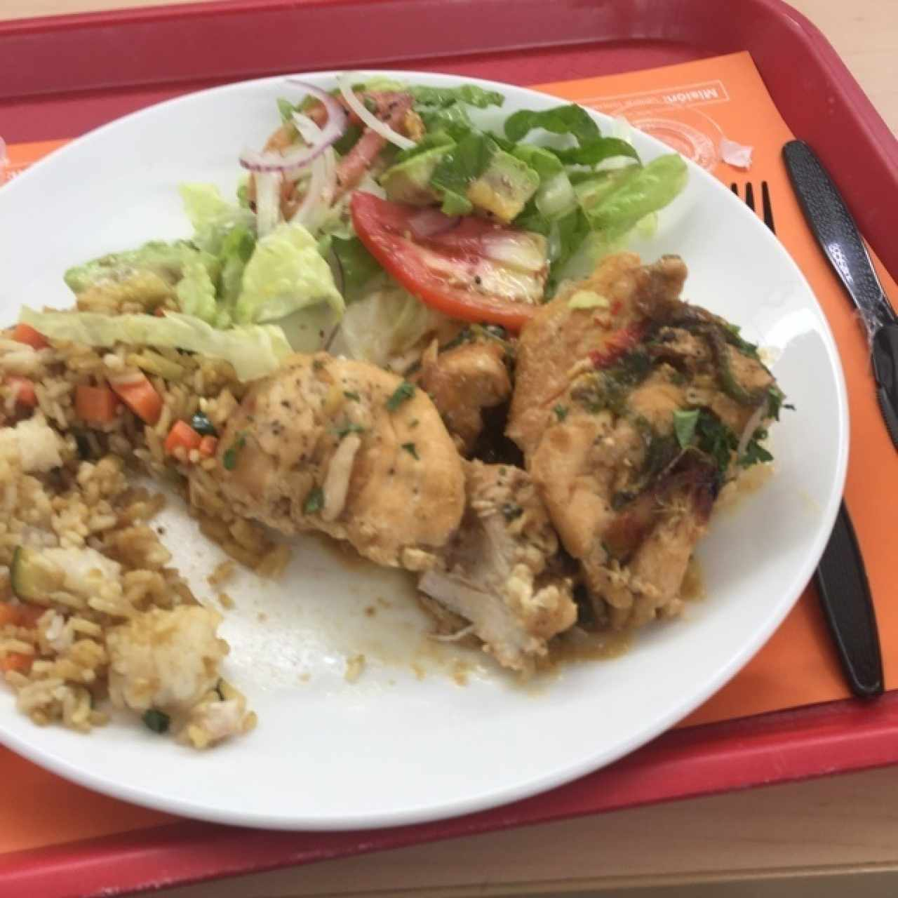 Pollo, arroz con vegetales, ensalada mixta