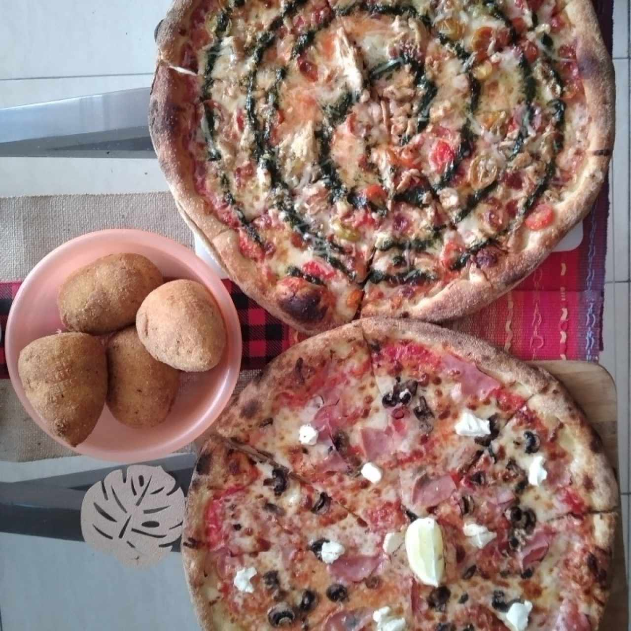 Pizza Pesto Con Pollo, Arancini y Pizza Limón