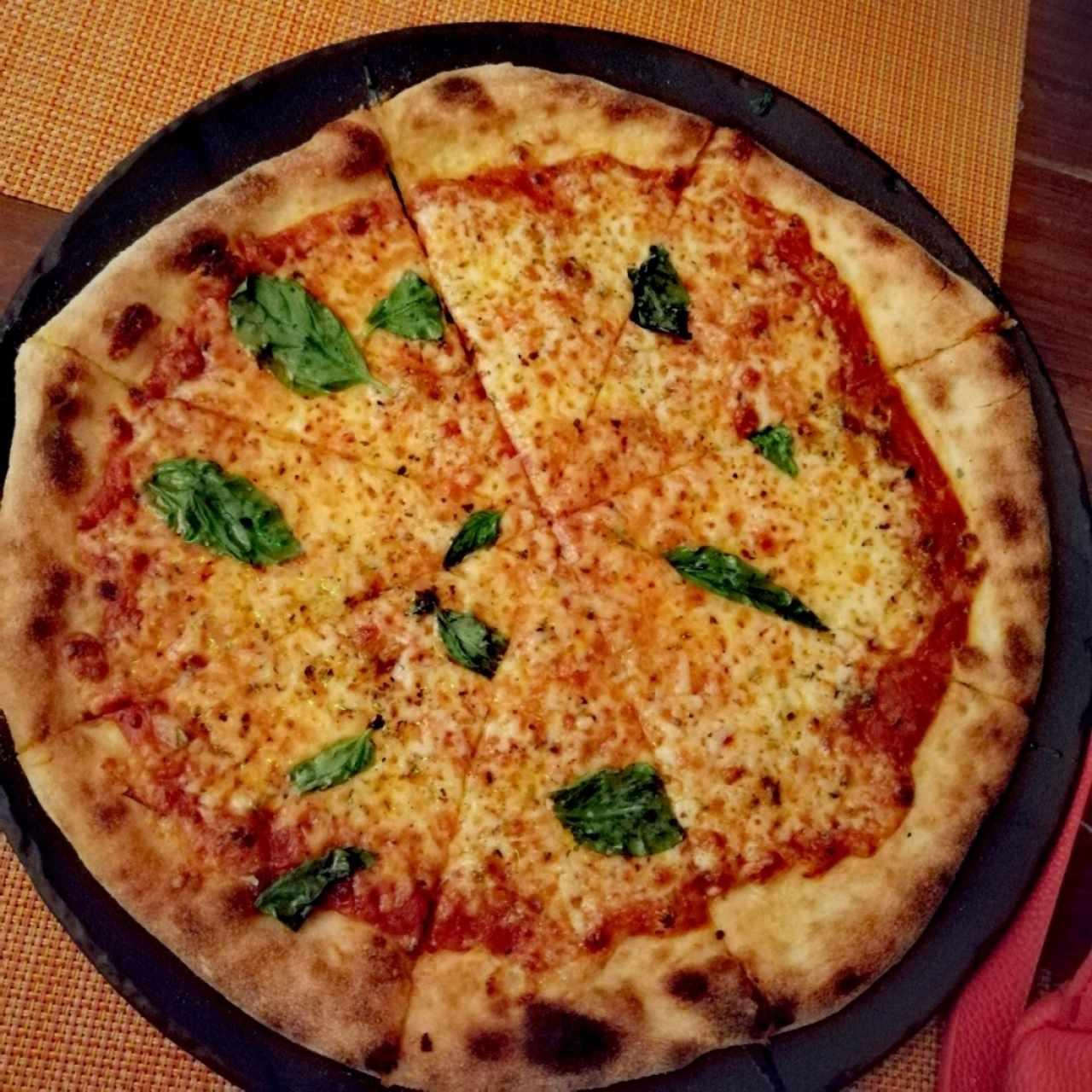 Pizza Margarita, excelente la masa delgada!! Sitio agradable!!