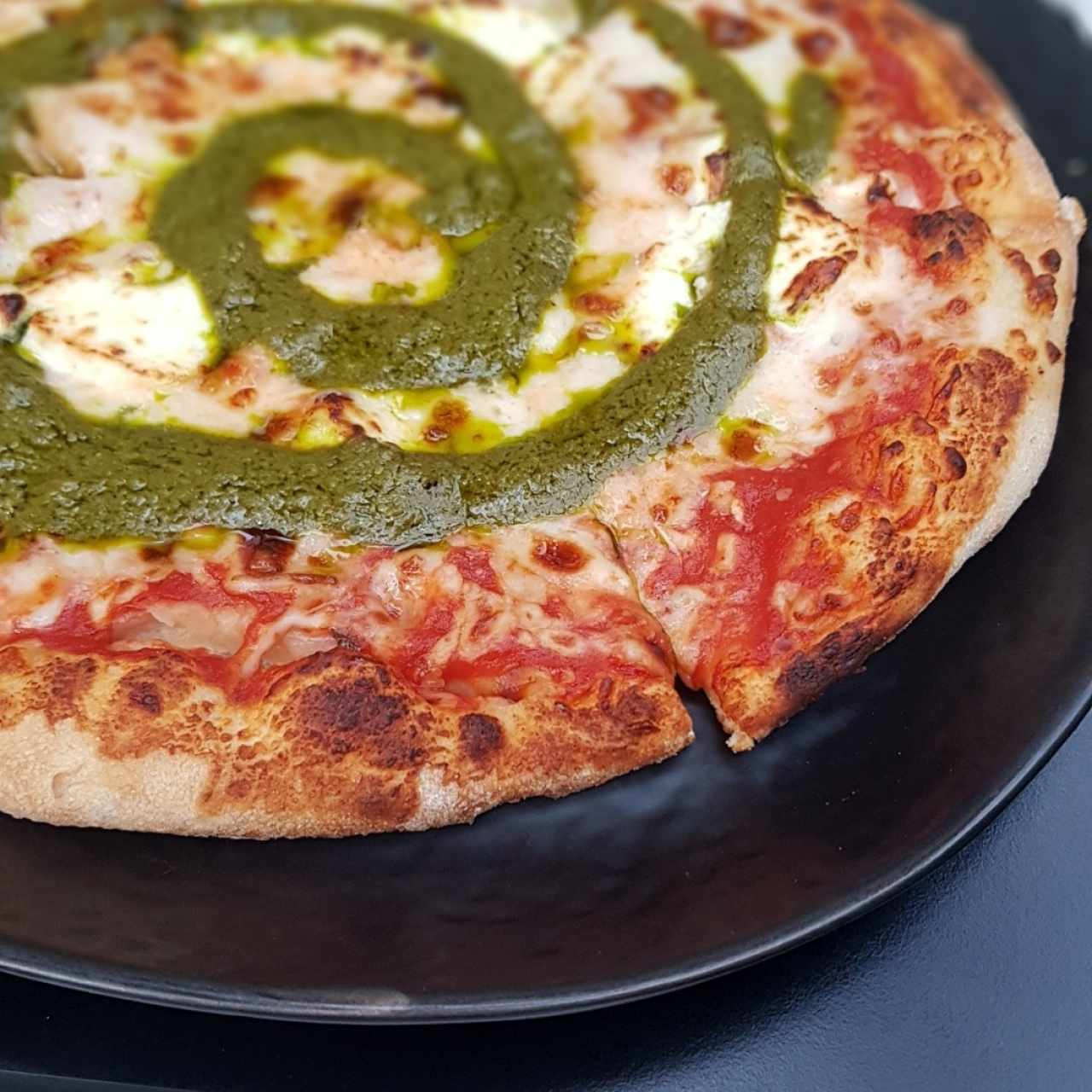 Pizza queso cabra con pesto