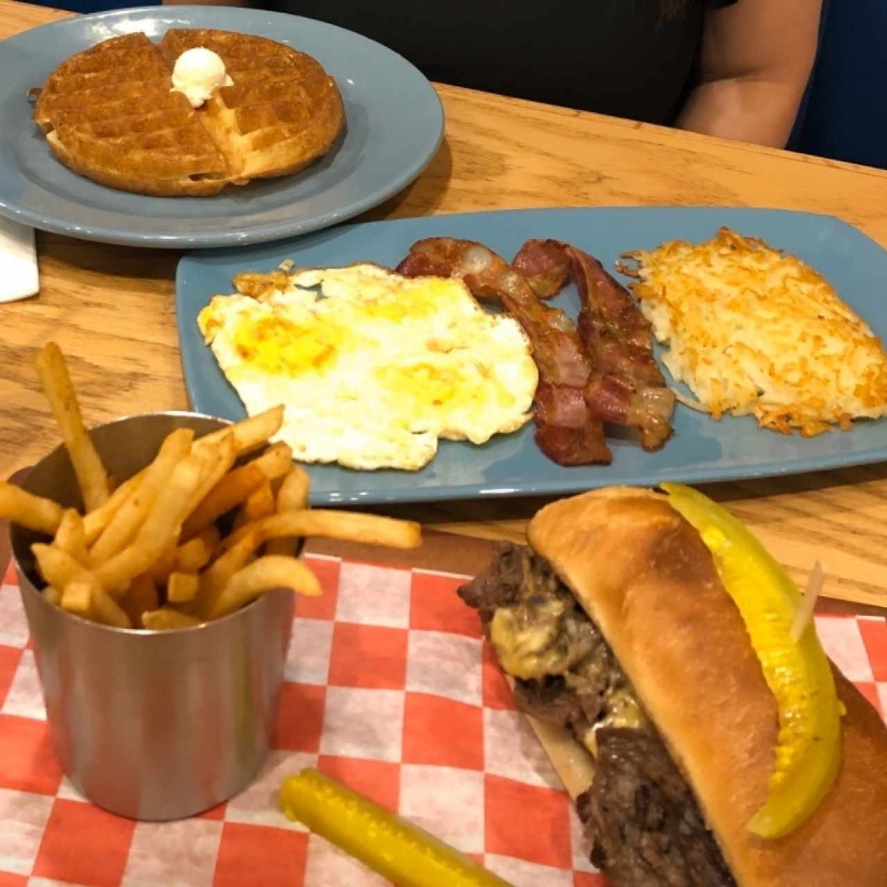 Philly Cheese Steak Stacker y Sampler con Waffles