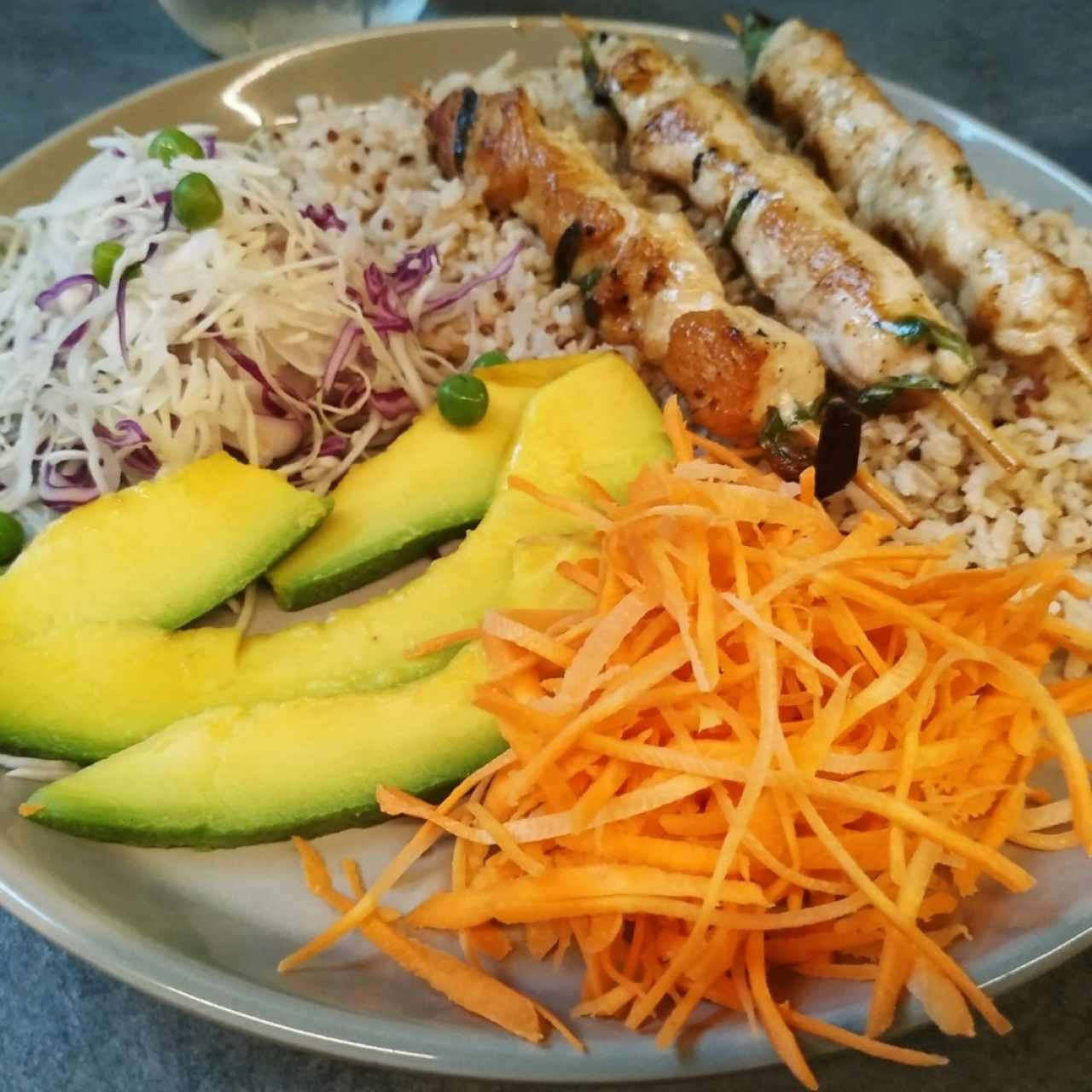 brochetas de pollo con arroz integral