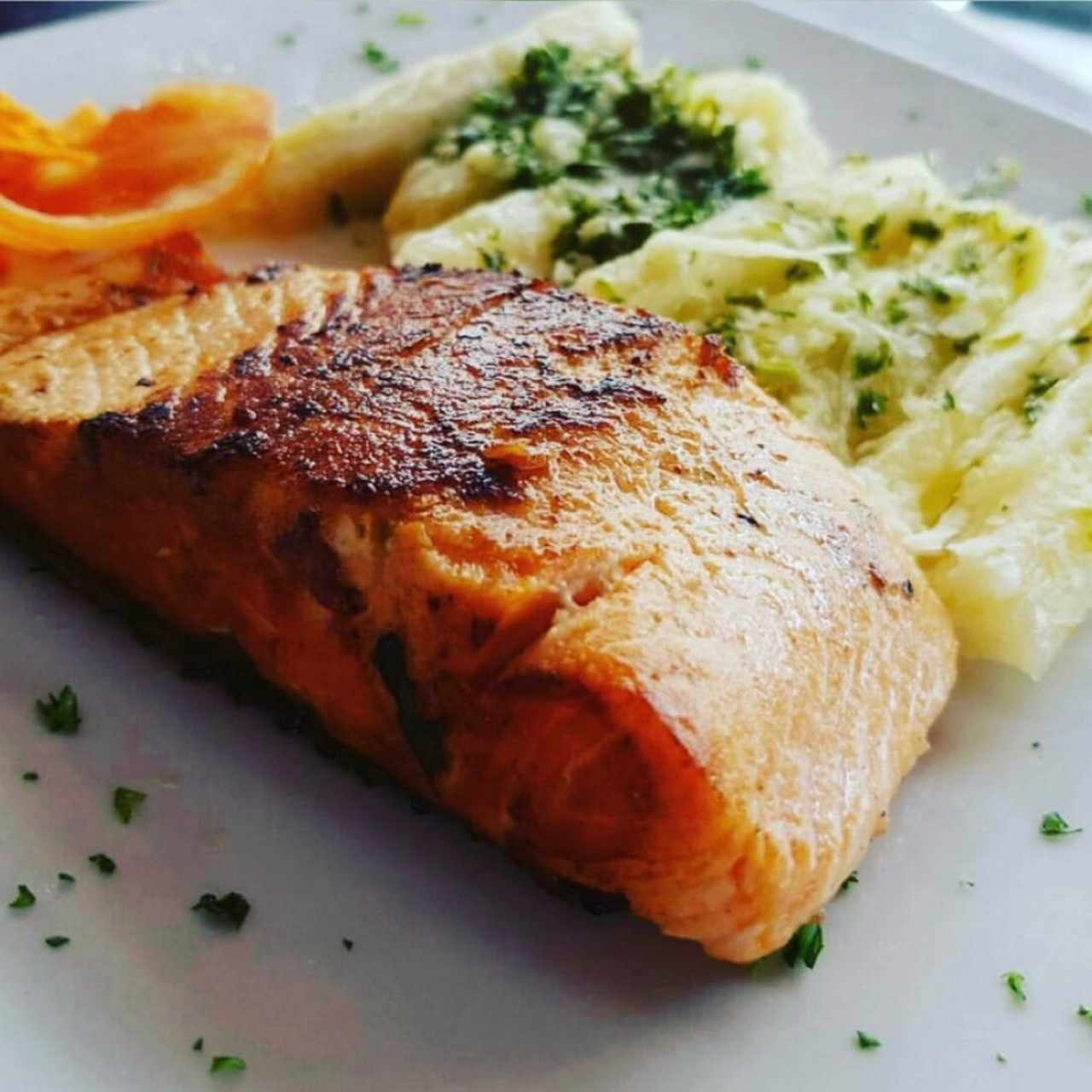 Filete de salmon con yuca al mojo