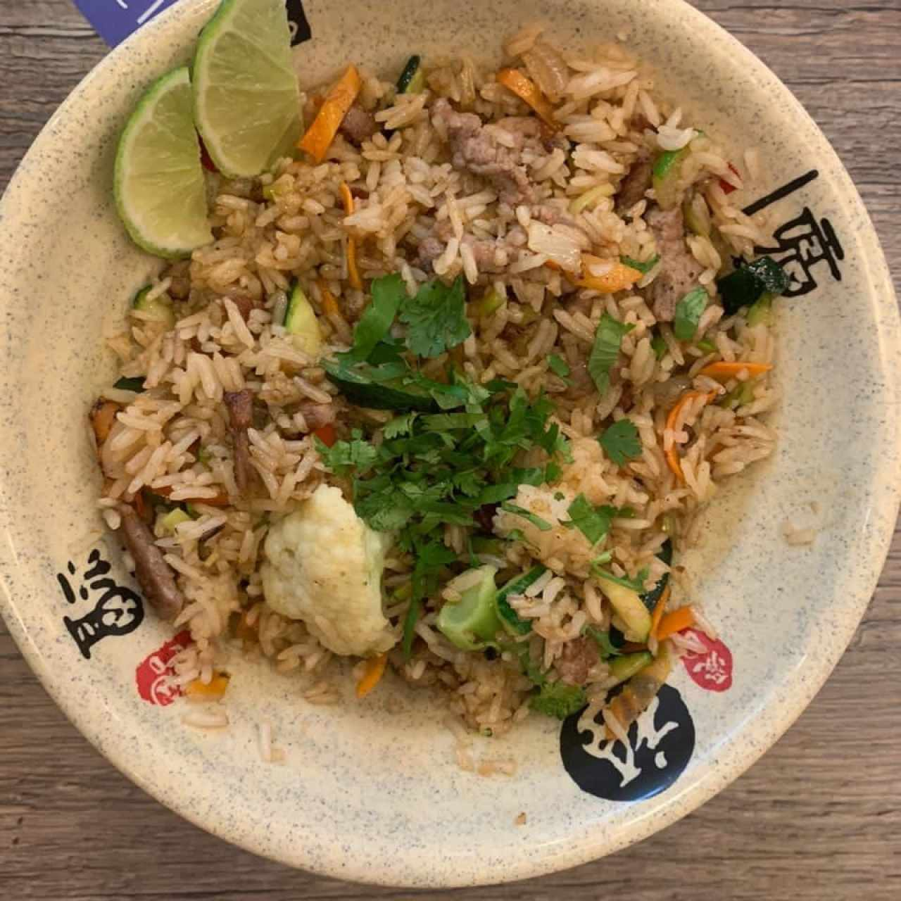 Arroz Thai con carne y vegetales