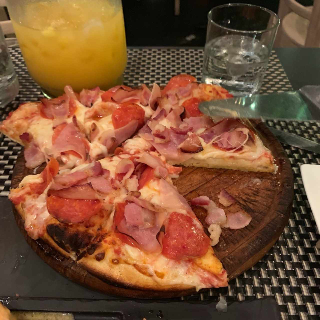 Pizza de jamón, peperoni y bacon