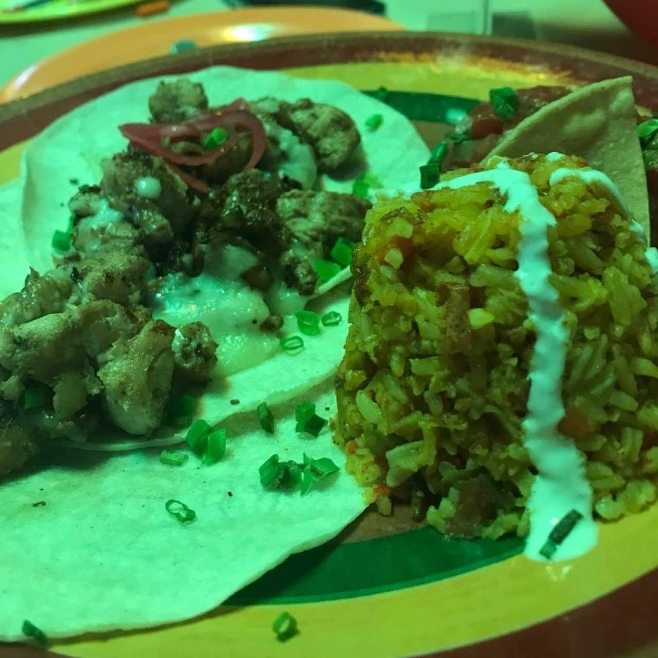 Tacos de pollo, arroz y pico de gallo
