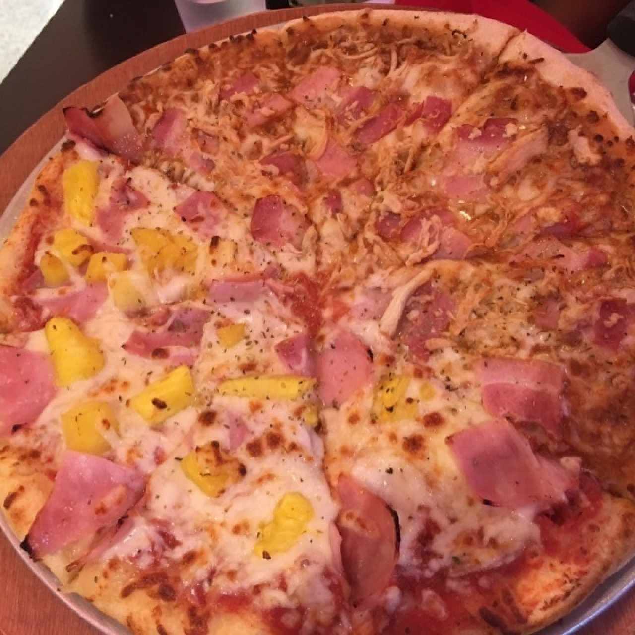 Pizza Mediana Mitad Hawaiana/ Pollo BBQ