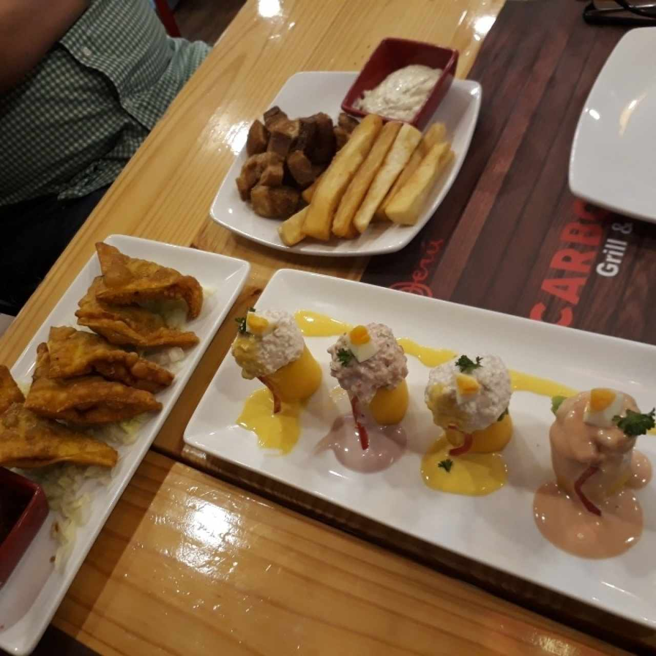 Wantones de res, chicharrones y Causa Mixta
