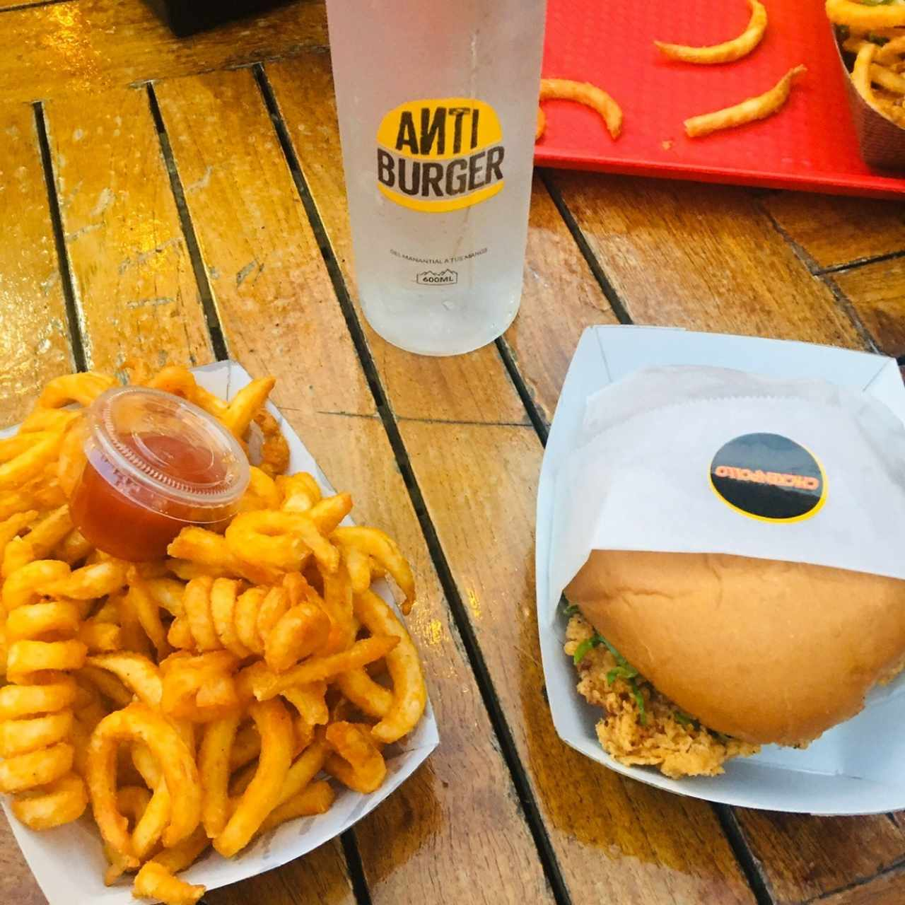 Chicken burger y anti fries