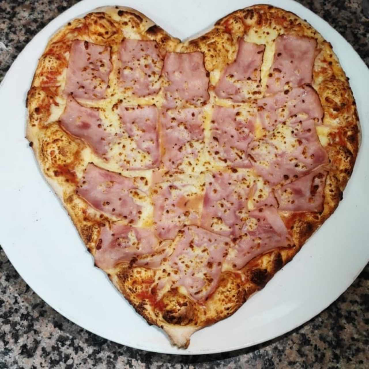 Pizza de Corazon con mozzarella y jamon