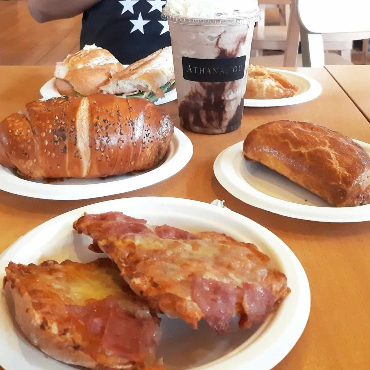 pizza de jamon, cachito de jamon, empanada de queso, frappe de cookies and creme con cafe, emparedado de pernil con mozzarrella