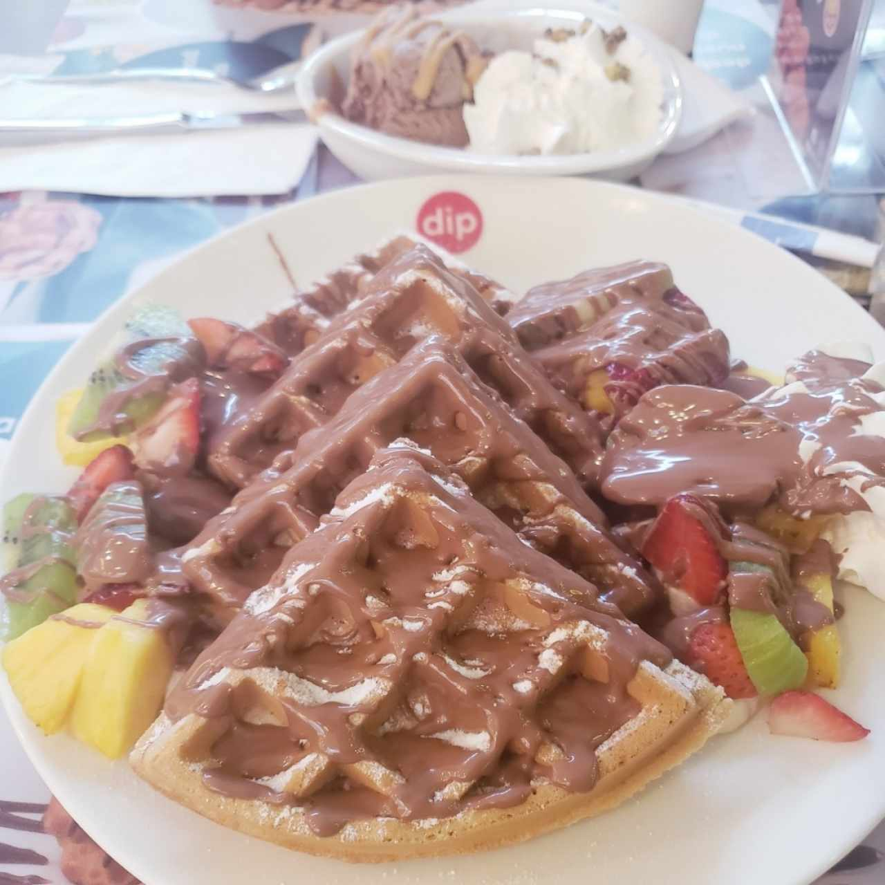 #6 wafles con chocolate y frutas