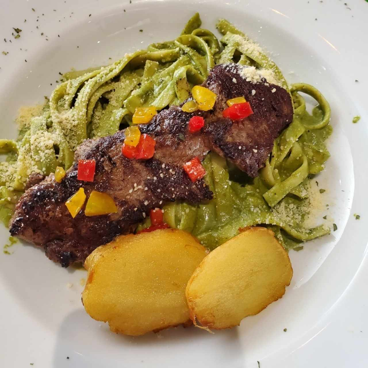 Tallarines Verde con Churrasco
