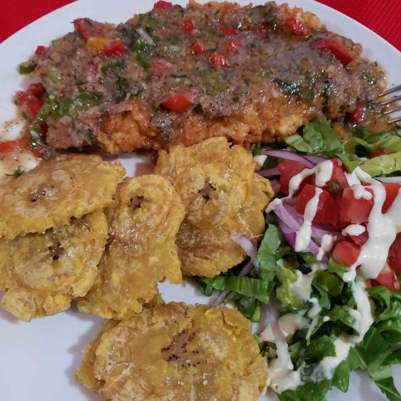 Filete al ajillo con patacones