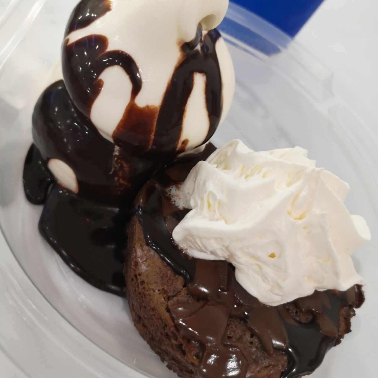 Brownie caliente con helado