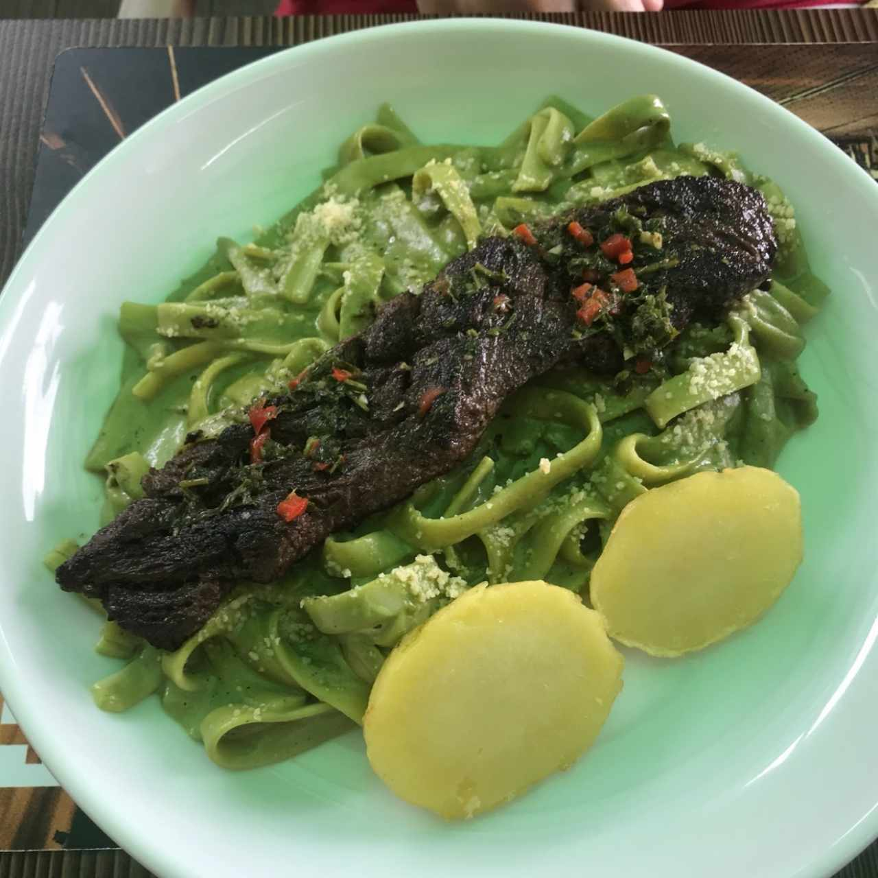 Fettuccine al pesto con churrasco