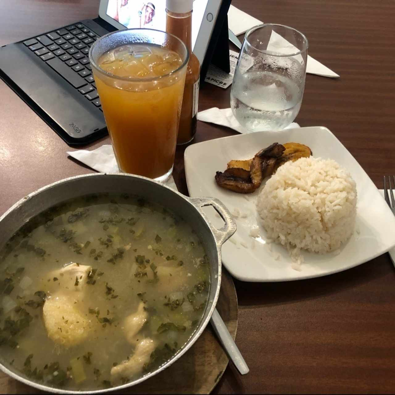Sancocho de Gallina. Con arroz blanco.