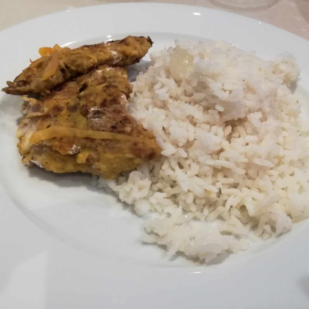 Pescado con salsa de curry y arroz
