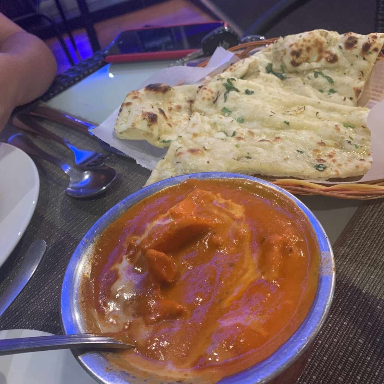 Butter chicken y Garlic naan