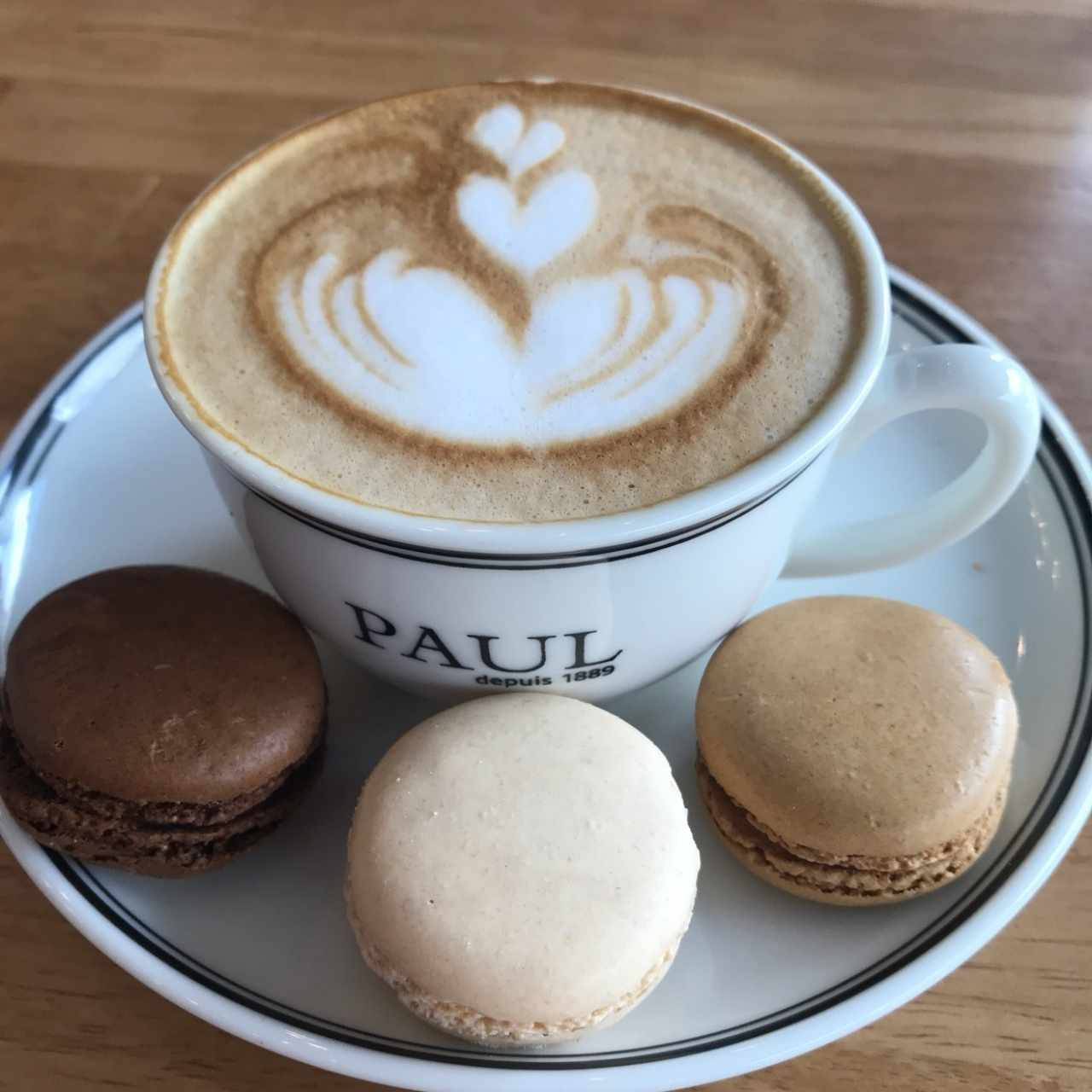 Capuccino y macarons