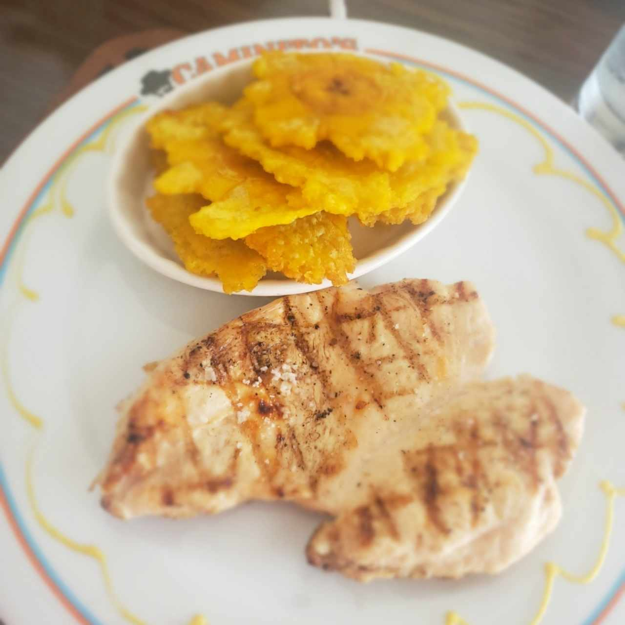 Filete de Pollo  a la parrilla con patacones