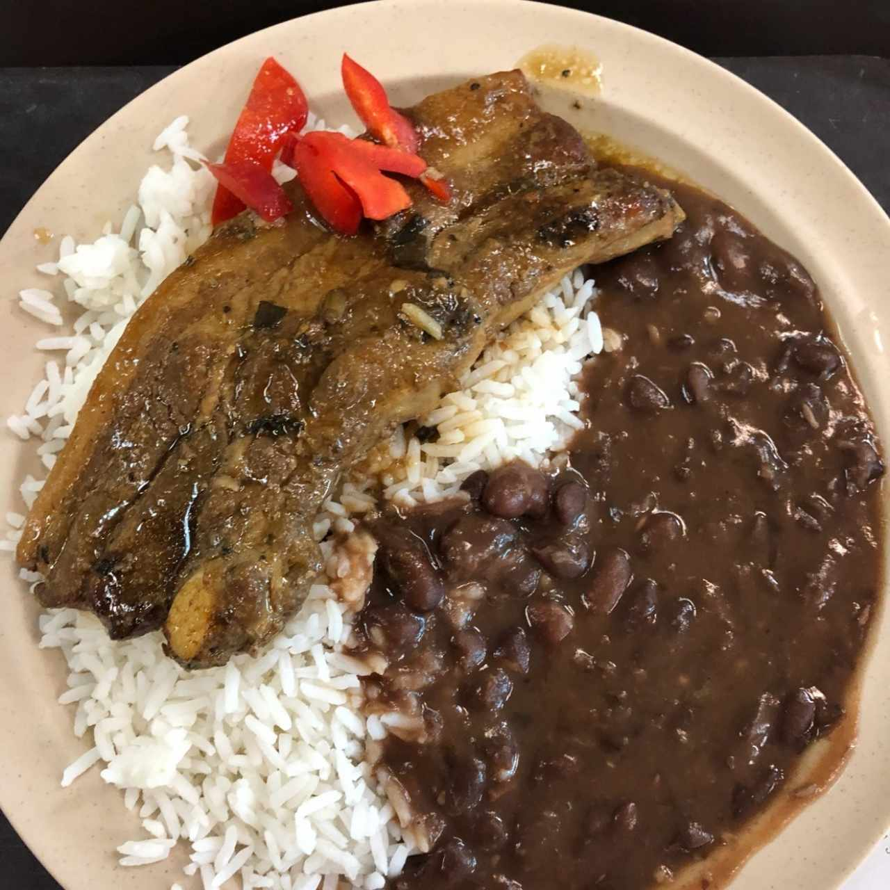 Costilla, con arroz y porotos