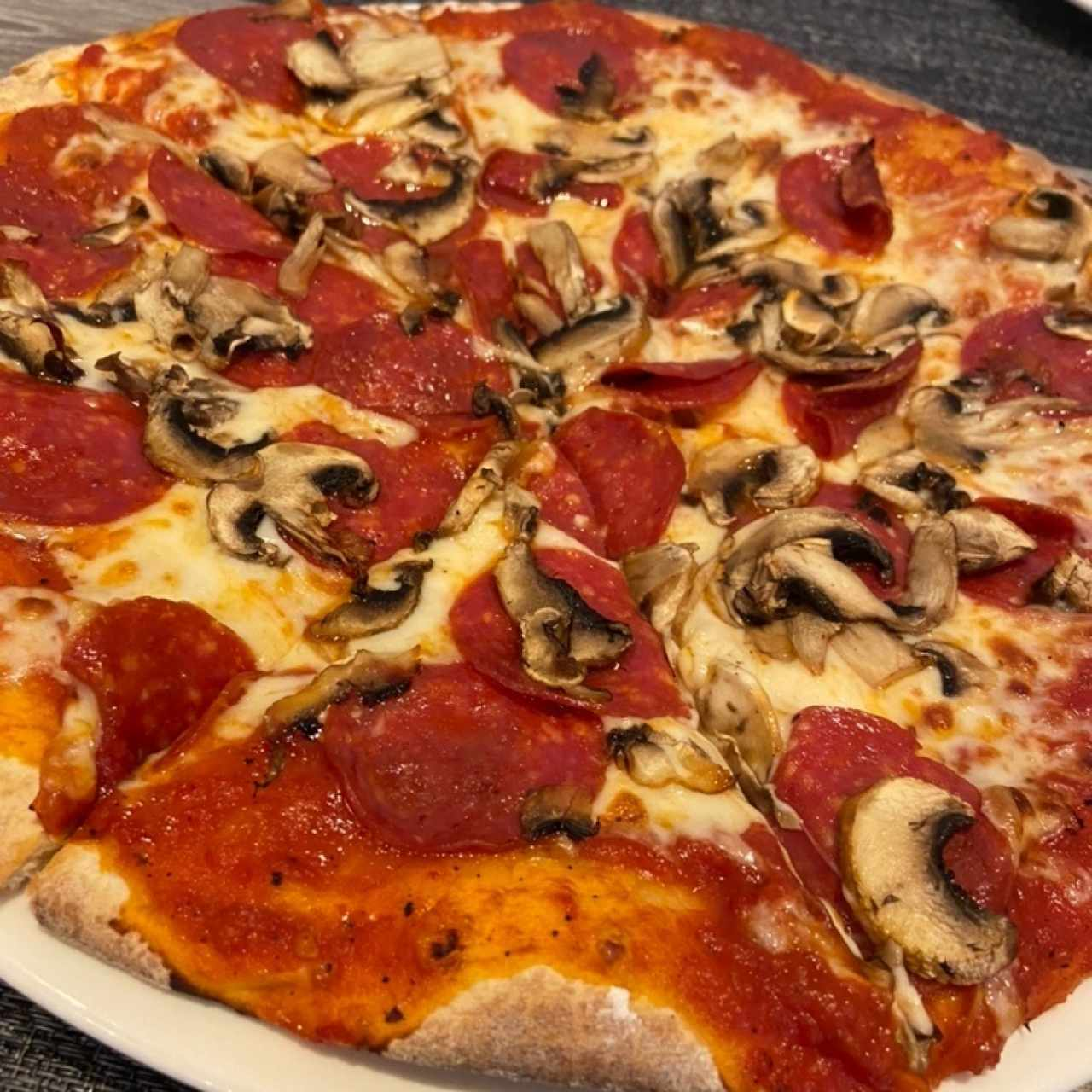 Pizza de pepperoni con hongos
