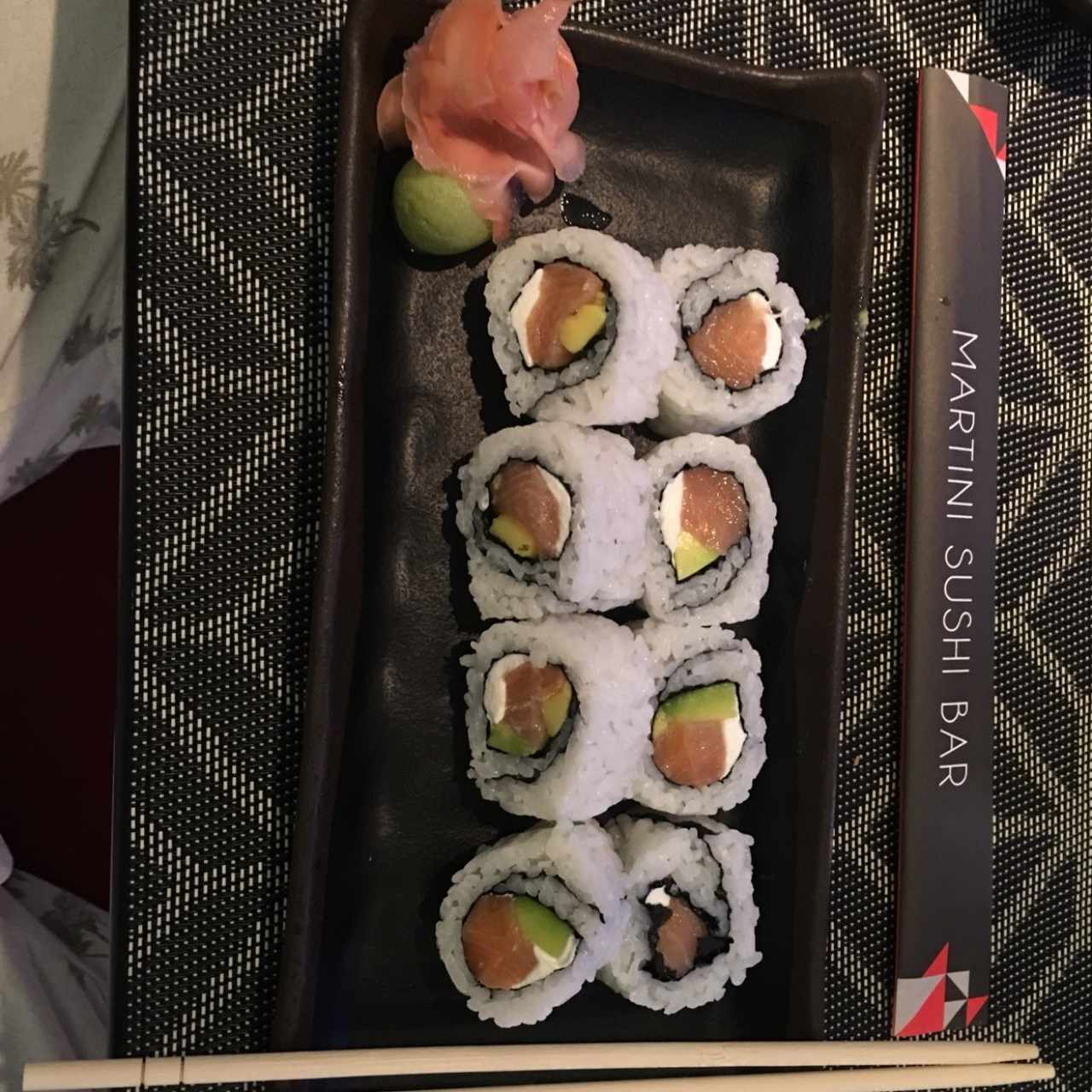 Roll de salmón con aguacate y cream cheese