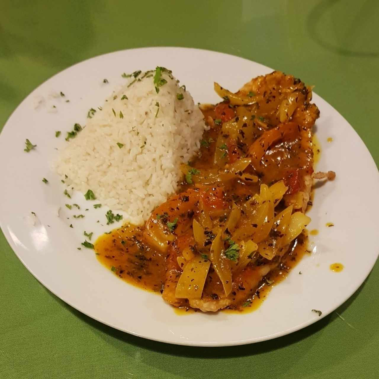 Corvina a la chorrillana con arroz blanco.