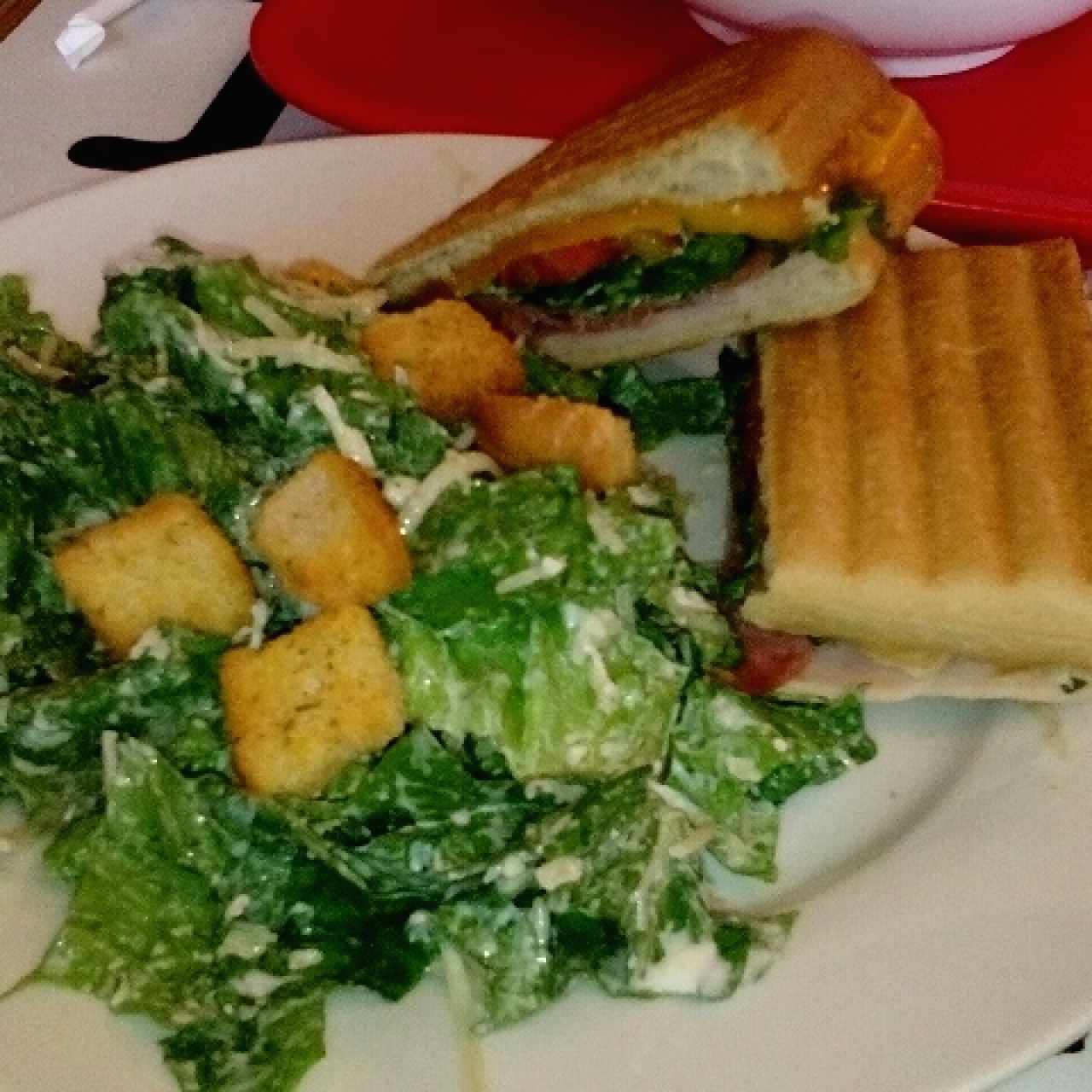 Sandwich Club con salad