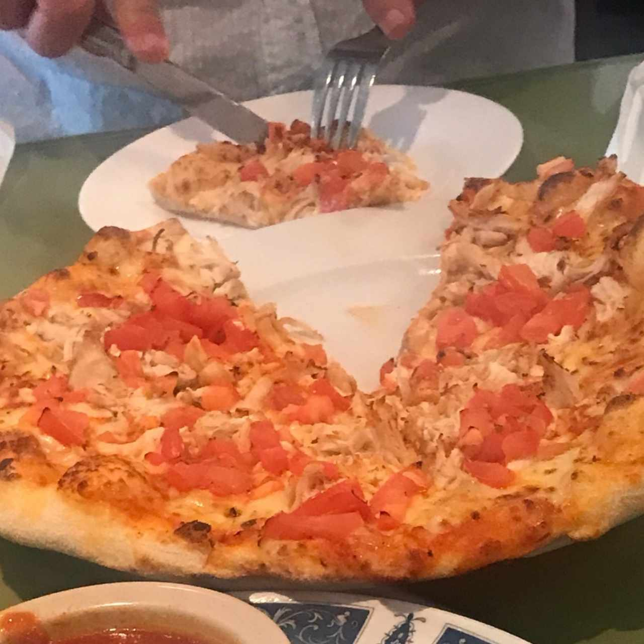 Pizza de pollo con tomate