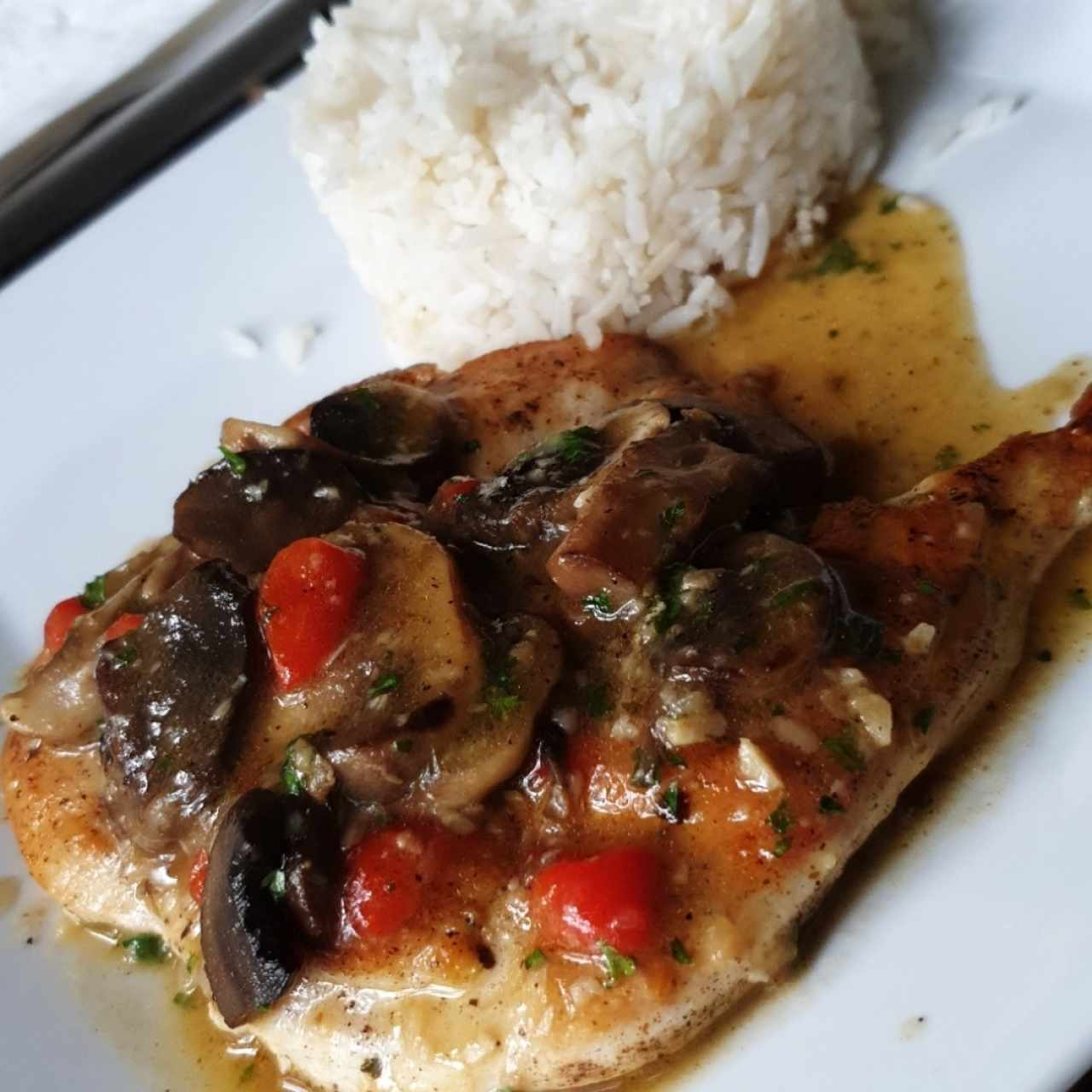filete de pollo al ajillo y hongos