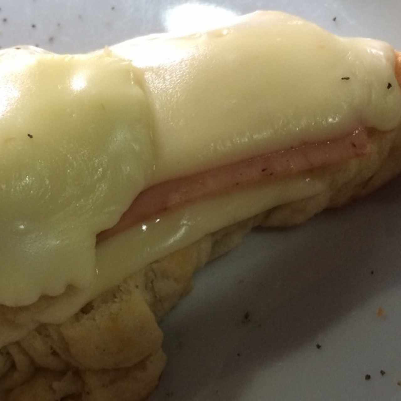 Croissant jamón-queso