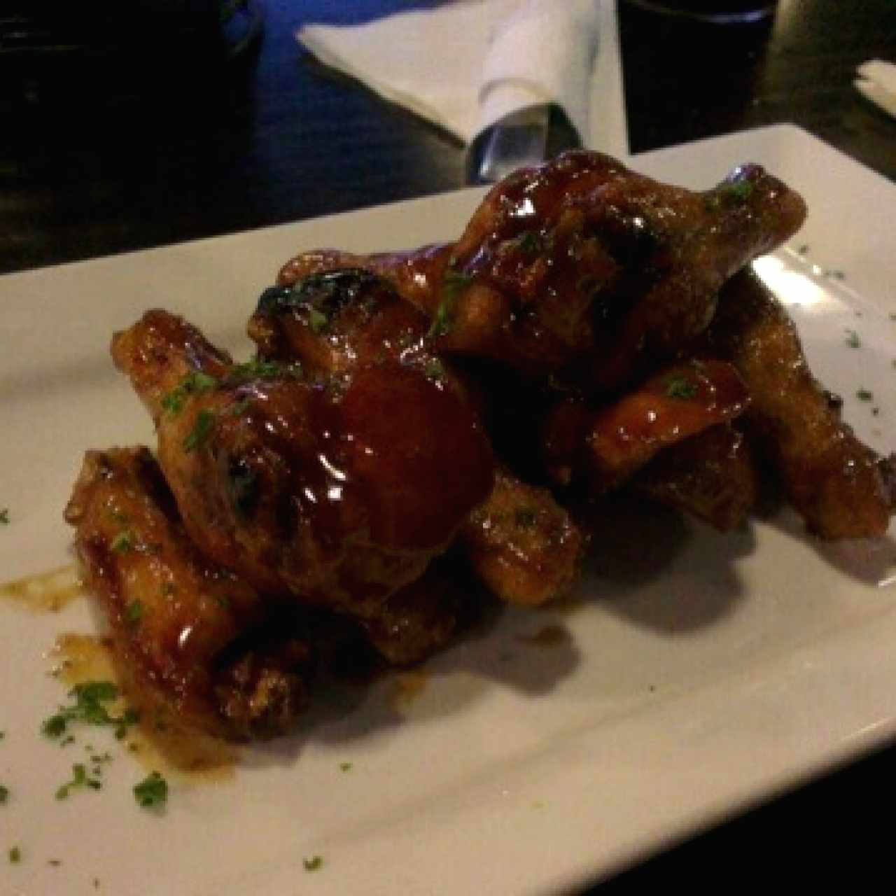 Buffalo wings con salsa BBQ